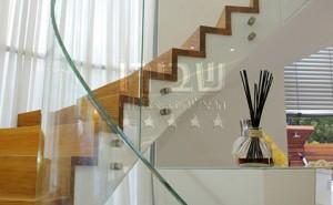 מעקה עשוי זכוכית למדרגות